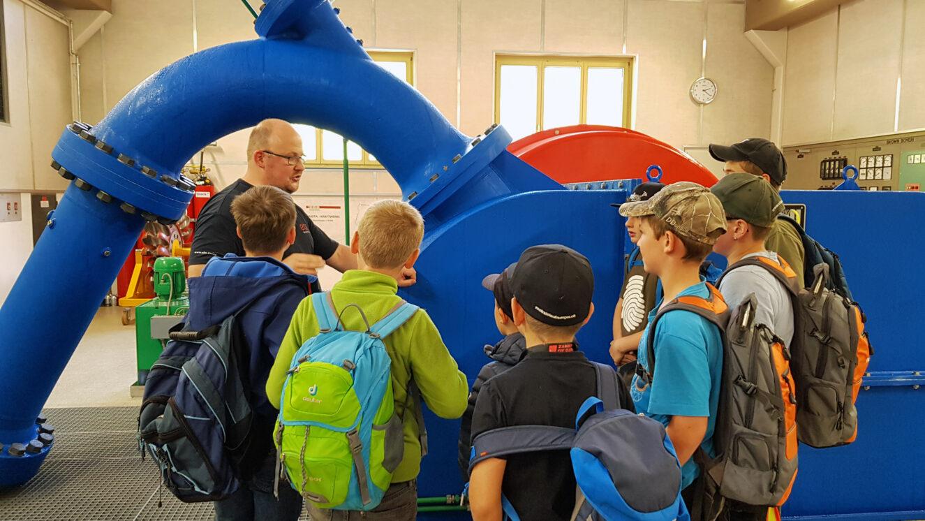 Kinder bei der Besichtigung eines KRaftwerks der ebs Energie AG.